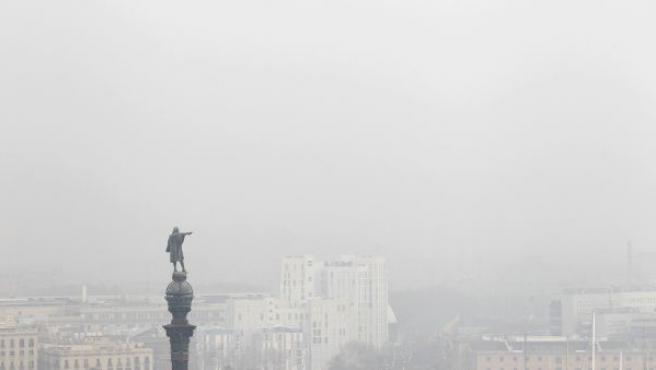 La estatua de Colón de Barcelona, con un fondo de la densa nube de contaminación que cubre la ciudad.