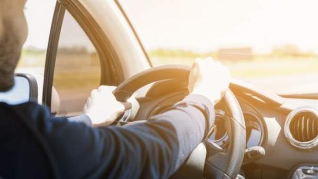 La posición al volante influye en la seguridad de la conducción.