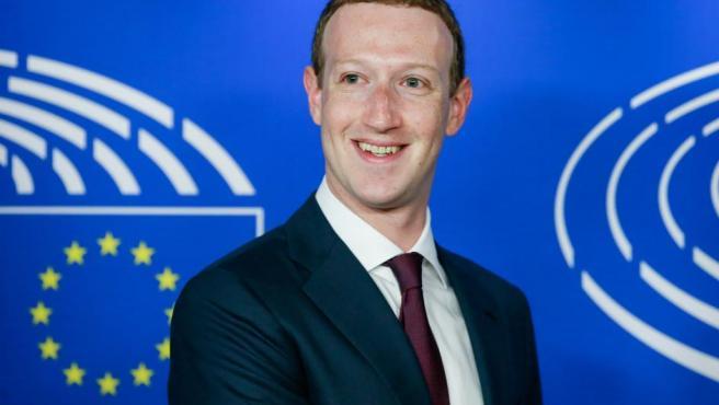 Se estima que desde el año 2013 el creador de Facebook percibe un único dólar como salario anual. Eso sí, no se puede olvidar que ejerce el control de las acciones de Facebook y que su patrimonio es de unos 74.000 millones.