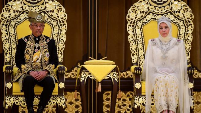 El sultan de Pahang es coronado rey de Malasia junto a su mujer.
