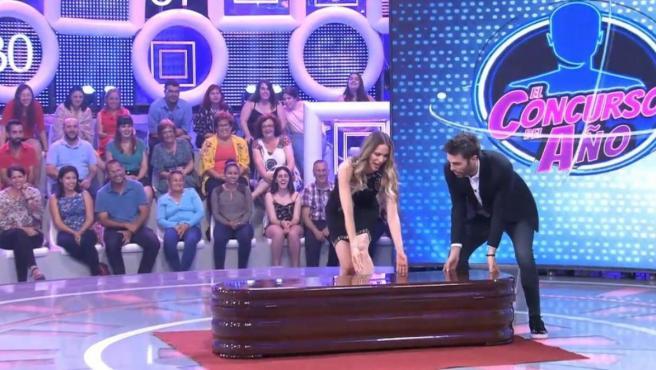 Vanesa Romero y Dani Martínez, en el especial de 'El concurso del año' al abrir un ataúd.