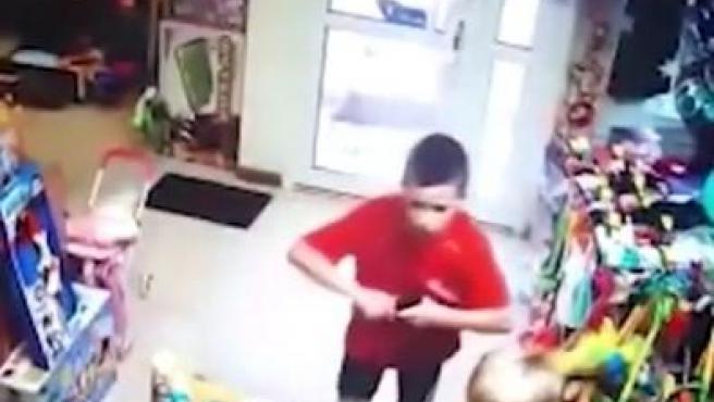 Los dos niños intentaban atracar a la dependienta de la juguetería con una pistola de aire comprimido.