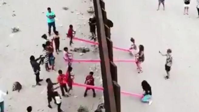 Instalan unos balancines en el muro entre Estados Unidos y México para que los niños de ambos lados puedan jugar.