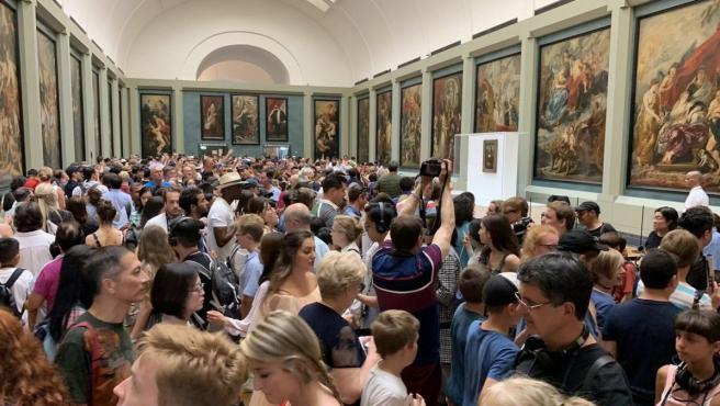 Turistas esperan su turno para ver a la Gioconda en la Galería Medicis del Louvre