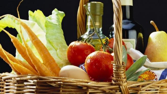 La dieta mediterránea tiene beneficios para la salud conocidos e incluye grasas saludables, tales como aceites vegetales, pescado y frutos secos.