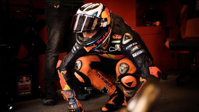 Pol Espargaró, en el box del equipo KTM durante el GP de Aragón
