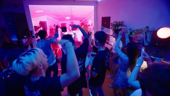 Desperados duplica el tamaño de un piso pequeño para crear una fiesta épica en casa
