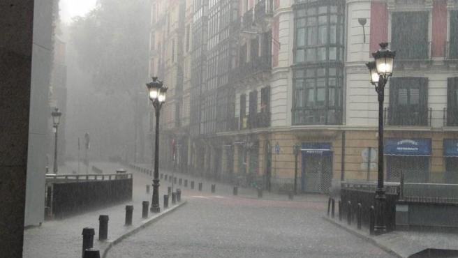 LLuvia intensa en una calle de Bilbao