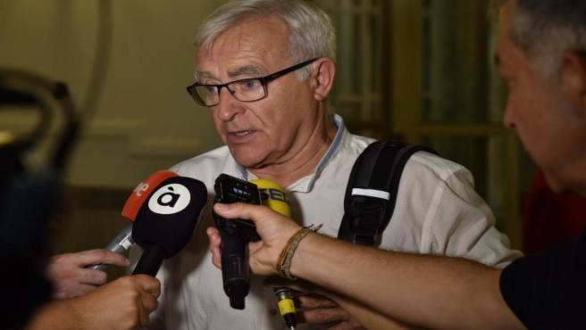 El alcalde de Valencia, Joan Ribó, atiende a los medios de comunicación tras una sesión ordinaria del pleno del Ayuntamiento de Valencia, en la que se han tratado entre otros temas, el problema de los vertidos en las playas, la movilidad en la ciudad y la