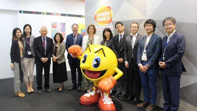 La consellera de Empresa de la Generalitat, Àngels Chacón, con representantes de Bandai Namco en la sede de la empresa en Japón.