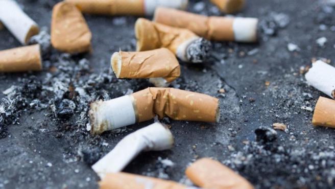Varias colillas de cigarrillos.