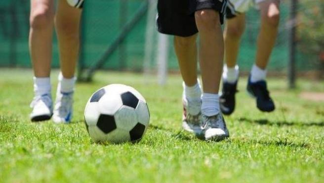 Imagen de archivo de varios niños jugando al fútbol.