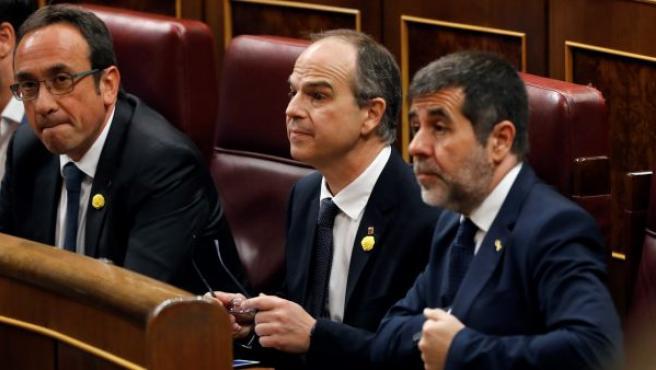 Los diputados electos de JxCAT en prisión preventiva Josep Rull, Jordi Sànchez (d) y Jordi Turull (c), en los escaños del Congreso de los Diputados donde se celebra la sesión constitutiva de las nuevas Cortes Generales.
