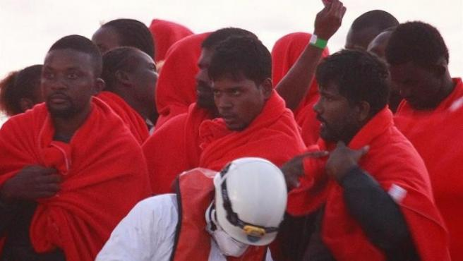 Llegada al puerto de Algeciras (Cádiz) de 37 inmigrantes rescatados de una patera en aguas del Estrecho de Gibraltar.