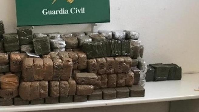 Paquetes de hachís intervenidos por la Guardia Civil, en una imagen de archivo.