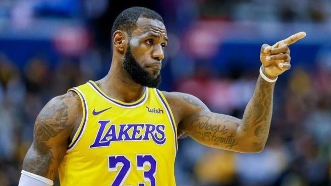 El jugador de la NBA más dominante de la última década tiene ante sí el gran reto de volver a llevar a los Lakers a lo más alto. Ha ganado el anillo en tres ocasiones y además cuenta con varios títulos internacionales representando a Estados Unidos.