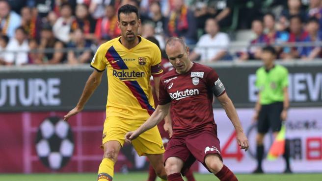 Iniesta y Busquets, en una acción del partido que enfrentó al Barcelona con el Vissel Kobe.