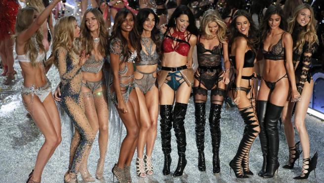 Varias top-model posan al final del desfile de moda de Victoria Secret 2016, en el Gran Palacio de París (Francia).