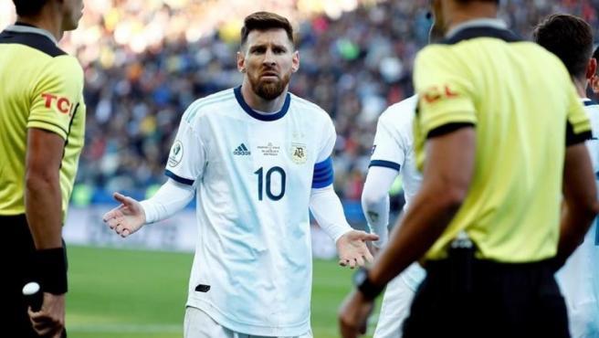 Messi, durante el encuentro ante Chile donde vio la segunda roja de su vida.