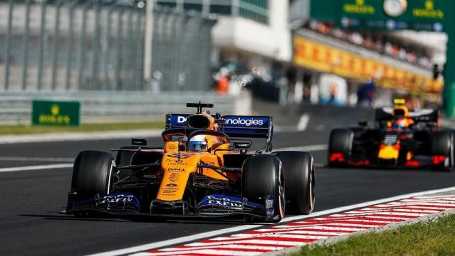 Carlos Sainz, por delante de Pierre Gasly durante el GP de Hungría.
