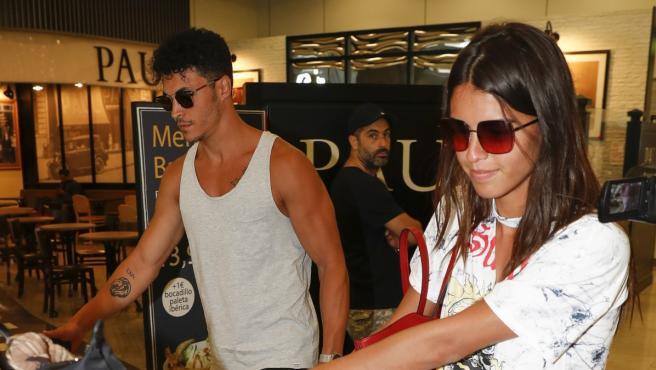 Sofía Suescun y Kiko Jiménez en el aeropuerto.
