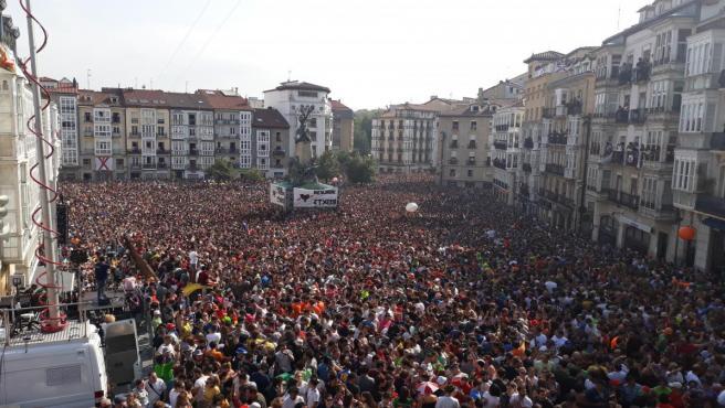 Miles de vitorianos asisten a la 'Bajada de Celedón' en el inicio de las fiestas de 'La Blanca'.
