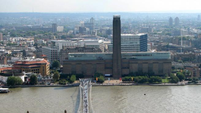 La galería Tate Modern, vista desde la otra orilla del río Támesis.