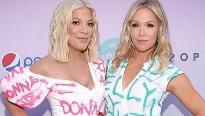 Tori Spelling y Jennie Garth, con sus vestidos de homenaje a 'Sensación de Vivir'.