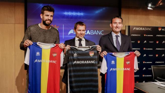 <p>Gerard Piqué, a la izquierda, en la presentación del acuerdo entre el FC Andorra y MoraBanc</p>