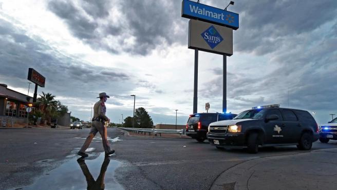 Un agente en el Walmart de El Paso, donde se produjo el atentado.