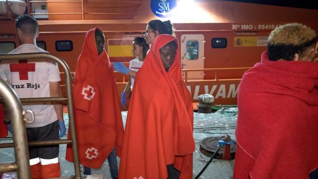 Cruz Roja asistiendo a migrantes llegados en patera este verano.