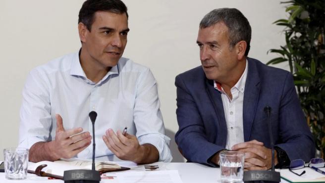Pedro Sánchez, y Francisco Boya, presidente de la Asociación Española de Municipios de Montaña, durante la reunión con distintos colectivos sociales