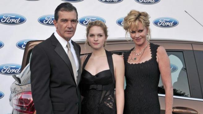 Antonio Banderas, Stella del Carmen y Melanie Griffith en una gala de Starlite Marbella.