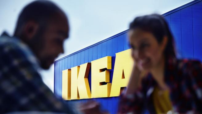 Una pareja, en una tienda IKEA.