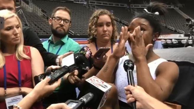 Simone Biles rompe a llorar ante los medios de comunicación.