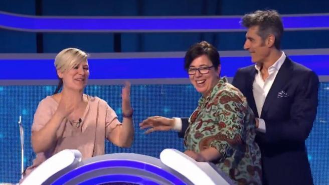 Las ganadoras Irene y Yolanda, junto a Jorge Fernández, en 'El juego de los anillos'.