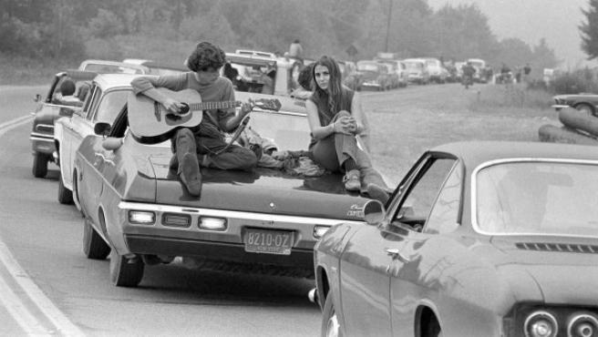 Atasco de coches en una de las carreteras de acceso al festival de Woodstock de 1969