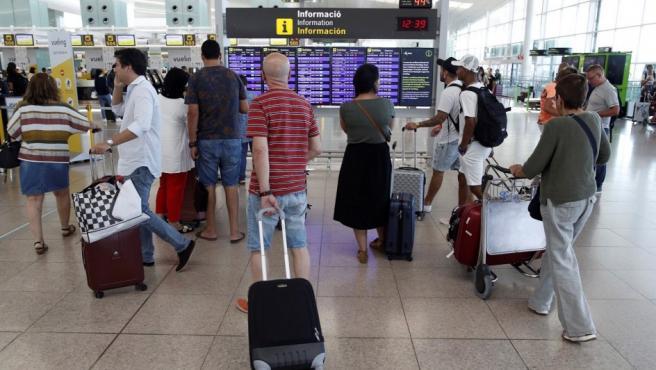Pasajeros en el aeropuerto de Barcelona-El Prat durante la huelga de trabajadores.