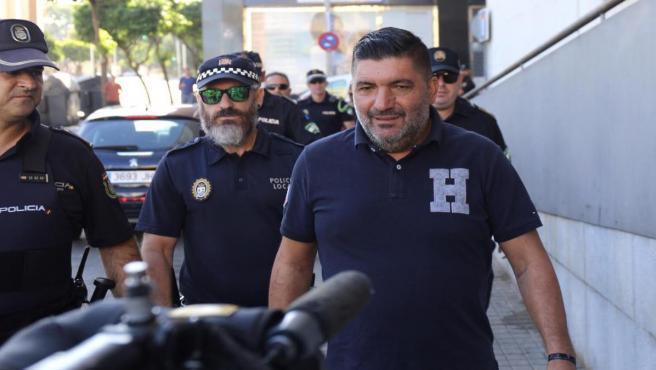 Antonio Garrido, el agente de la Policía Local agredido, a su llegada a la Audiencia de Huelva.
