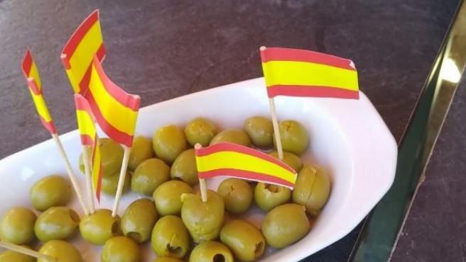 Aceitunas con palillos con la bandera de España.