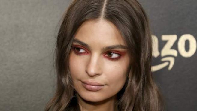 La modelo Emily Ratajkowski con un maquillaje ahumado en los ojos.