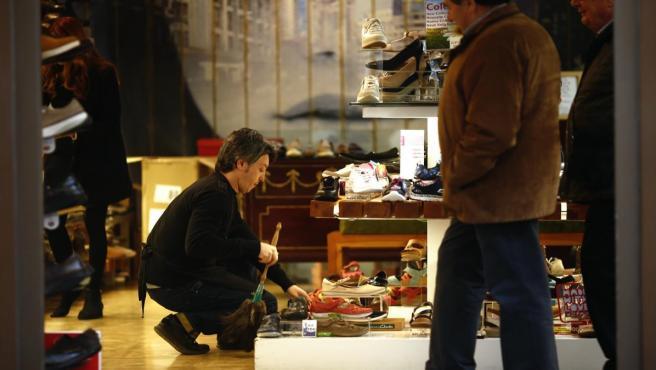 Trabajadora autónoma en una tienda de zapatos