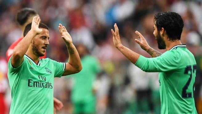 Hazard celebra un tanto con su compañero Isco Alarcón.
