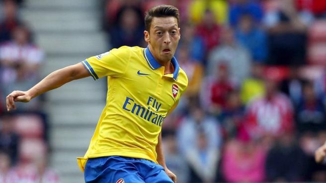 Mesut Özil en un partido con el Arsenal.