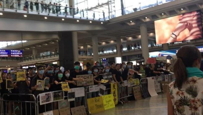 Protestas en el aeropuerto de Hong Kong.