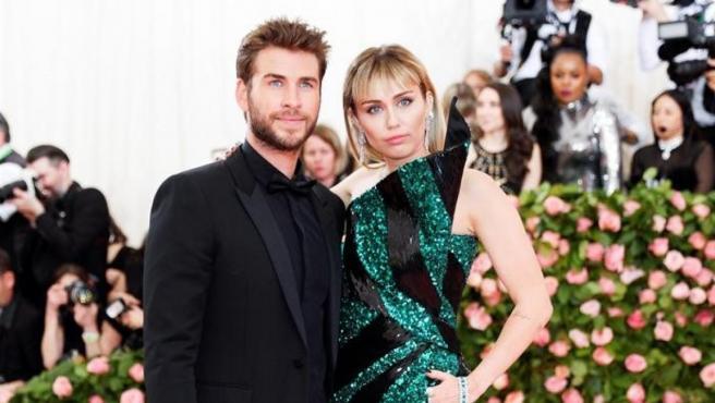 Miley Cyrus y Liam Hemsworth, en la alfombra roja de la Gala del MET 2019.