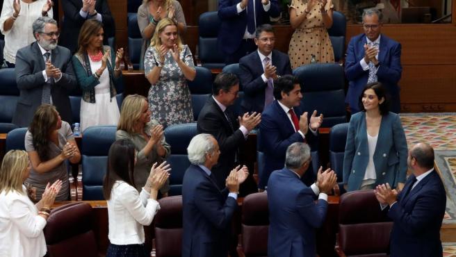 Los diputados del PP aplauden a la candidata popular a la Presidencia de la Comunidad de Madrid, Isabel Díaz Ayuso, tras su discurso de la primera sesión del pleno de investidura.