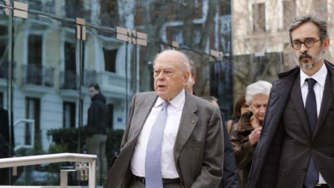 El expresident de la Generalitat Jordi Pujol a su salida de la sede de la Audiencia Nacional tras declarar junto a su esposa.