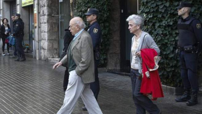 El expresidente de la Generalitat, Jordi Pujol, acompañado de su esposa, Marta Ferrusola, salen de su domicilio de Barcelona.