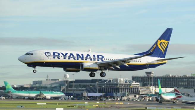 Avión de Ryanair aterrizando en el aeropuerto de Dublín